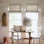 Фото 38: Льняные римские шторы в деревянном доме
