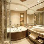 Фото 44: Золотистая мозаика в ванной