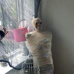 Фото 42: Мумия на Хэллоуин с черепом