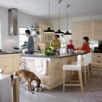 Фото 155: Низкоподвешенные люстры над островной кухней