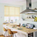 Фото 79: Однотонная римская штора на кухне