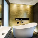 Фото 46: Плитка под золото в ванной