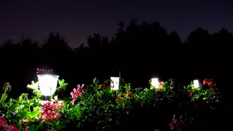 Подсветка сада солнечными светильниками
