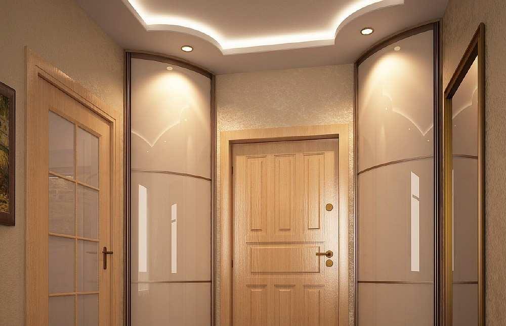 Радиусные угловые шкафы около двери