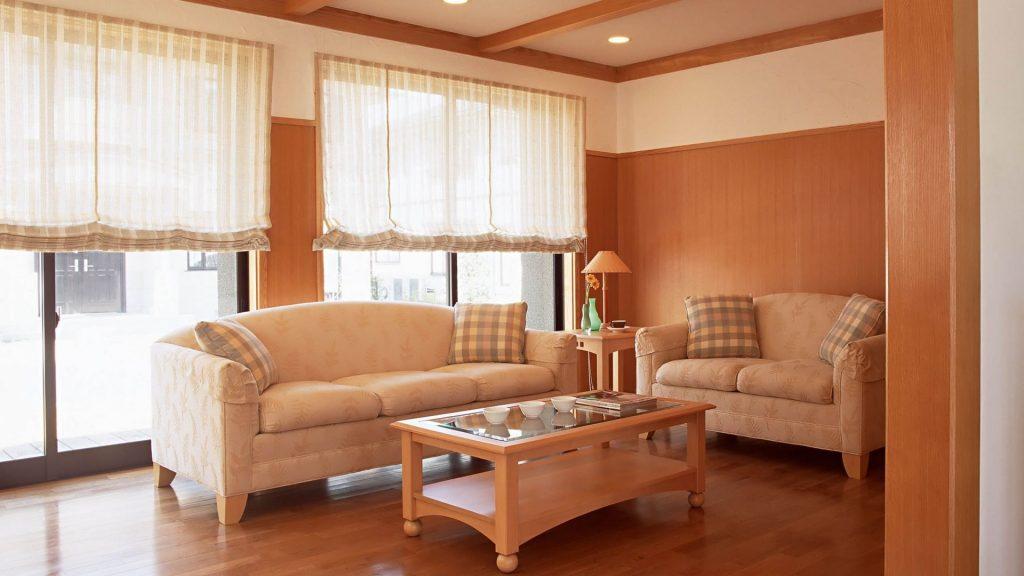 Светлые римские шторы в маленькой гостиной