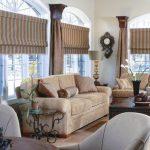 Фото 97: Римские шторы в полоску в гостиной