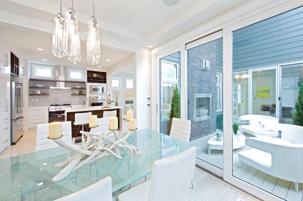 Стеклянный стол и люстра на кухне