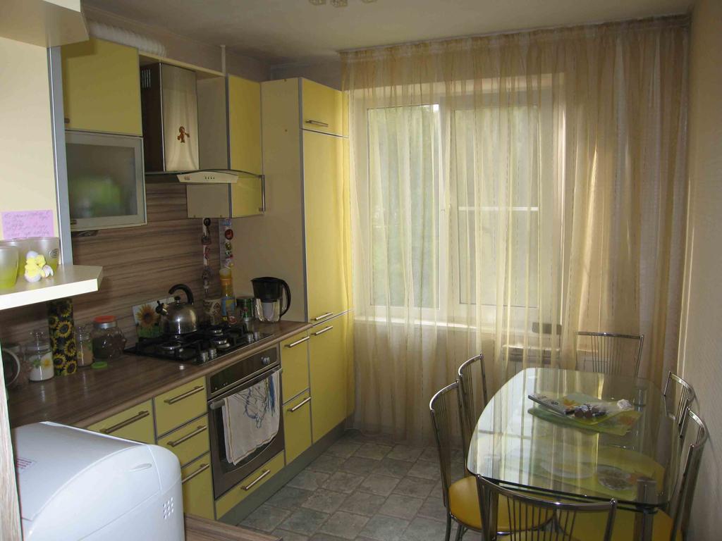 Стеклянный стол на маленькой кухне