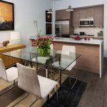 Фото 52: Прямоугольный стеклянный стол на кухне