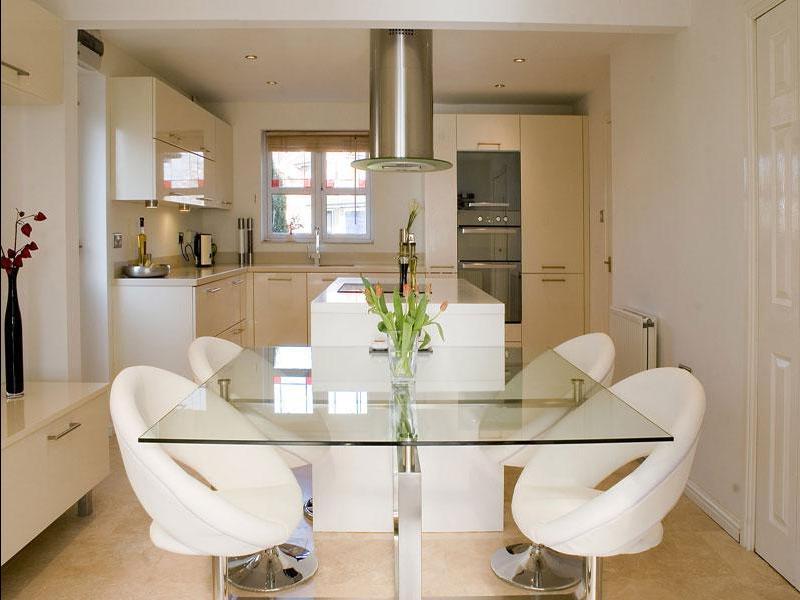 Стеклянный стол на кухне