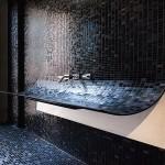Фото 31: Темная мозаика в ванной