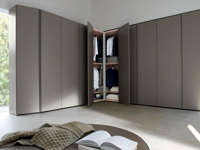 Угловой шкаф-купе с в минималистичной гостиной