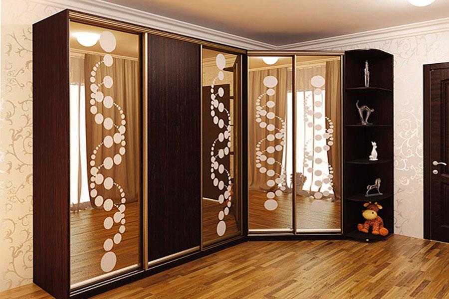 Угловой шкаф купе с рисунком на зеркалах