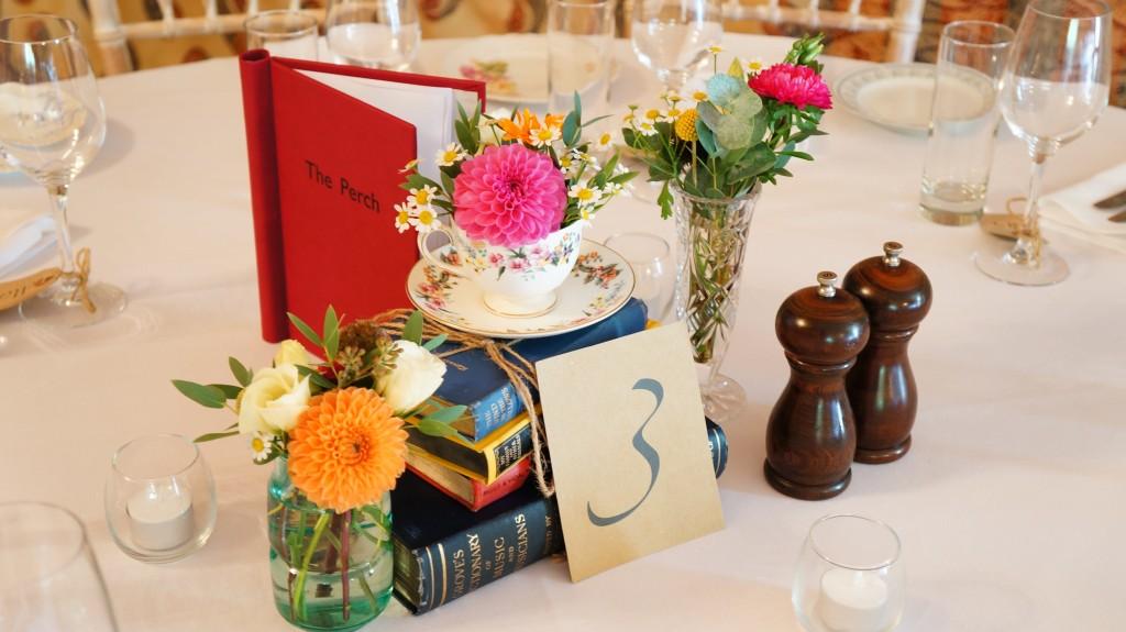 Украшение стола композициями с живыми цветами
