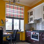 Фото 106: Римские шторы в клетку на кухне