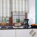 Фото 85: Римские шторы в полоску на кухне