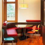 Фото 58: Кухонный уголок с треугольным столиком