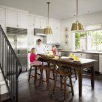 Фото 47: Высокий деревянный стол на кухне