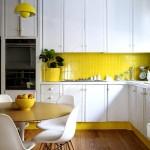 Фото 11: Кухонный гарнитур для маленькой кухни с ярким фртуком