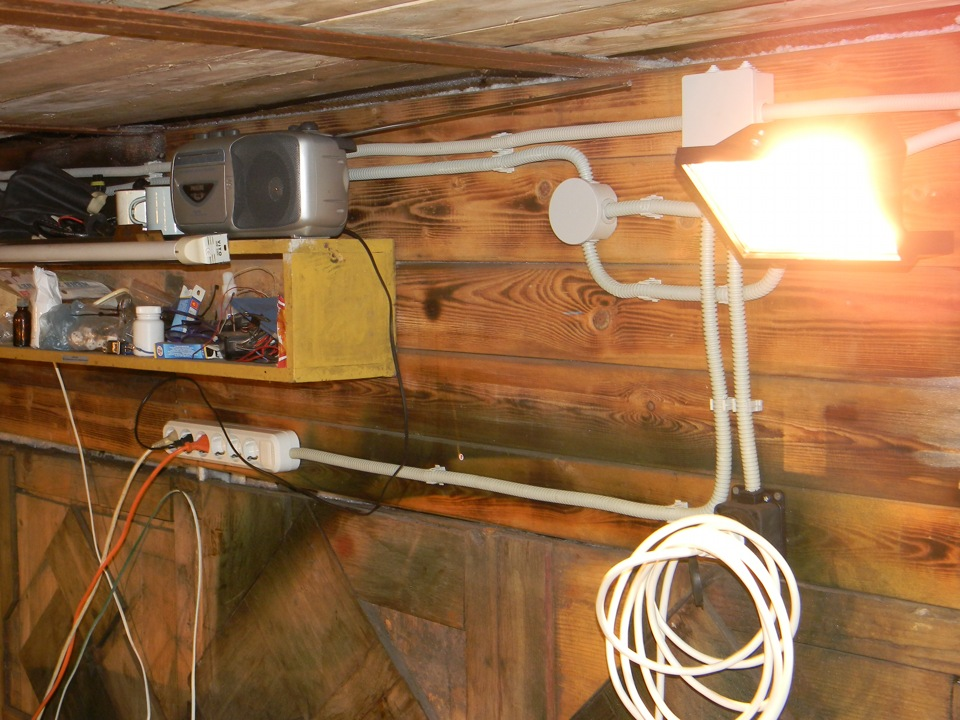 Открытая электропроводка в гараже