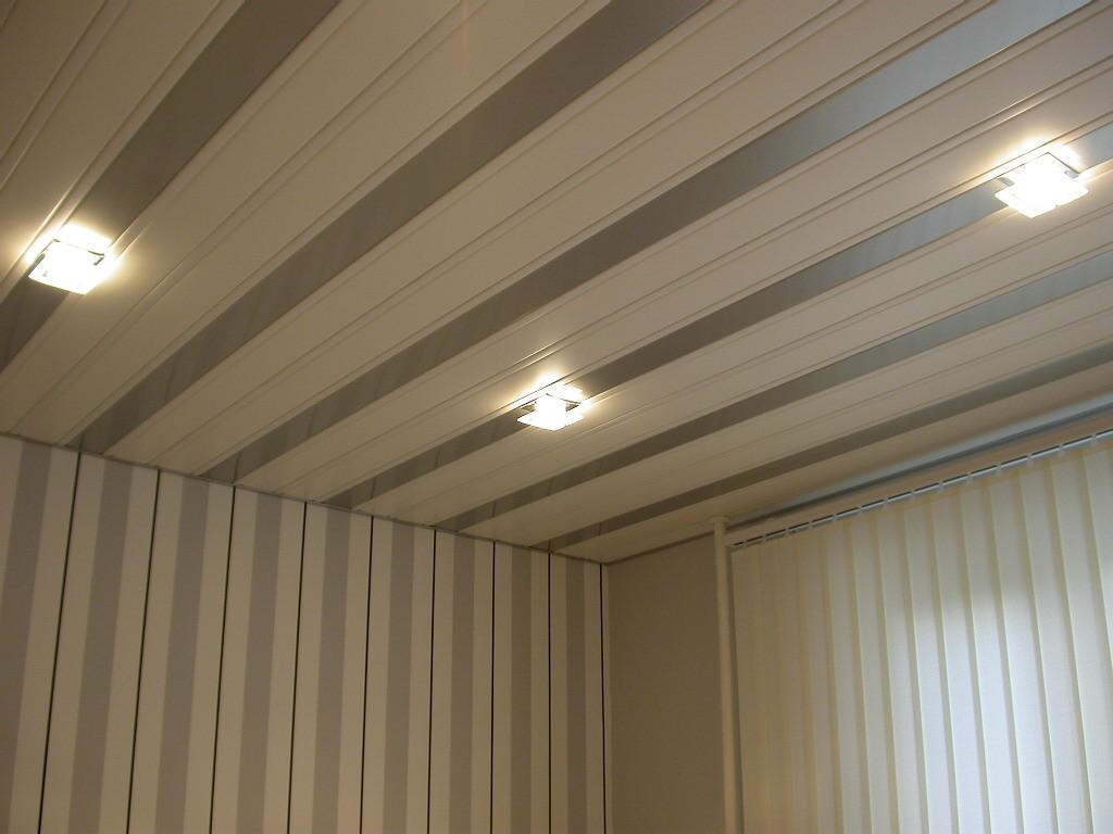 Панельный потолок в гостинной