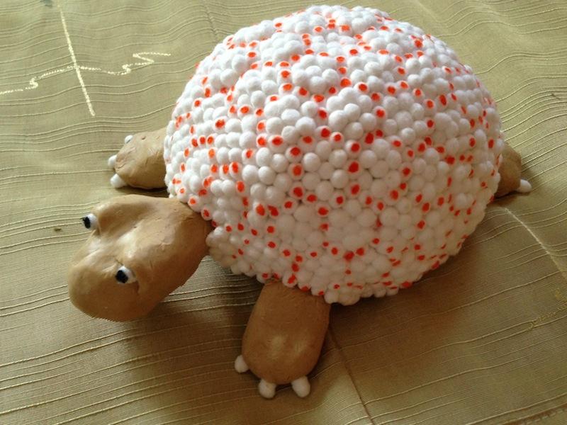 Черепаха из ватных палочек и пластилина