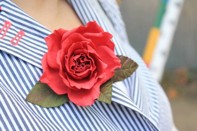 Роскошная брошь в виде алой розы