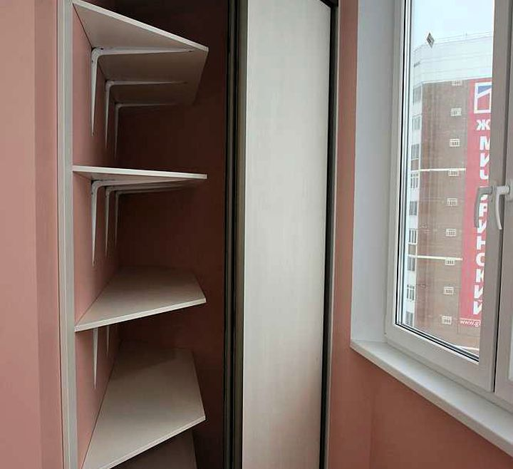 Нестандартная форма шкафа на балконе