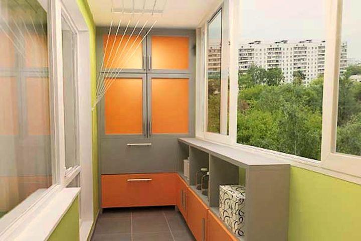 Вместительный встроенный шкаф на балконе