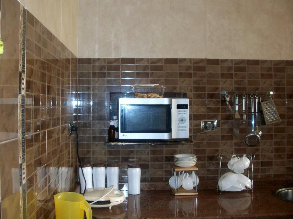 Микроволновая печь на стене