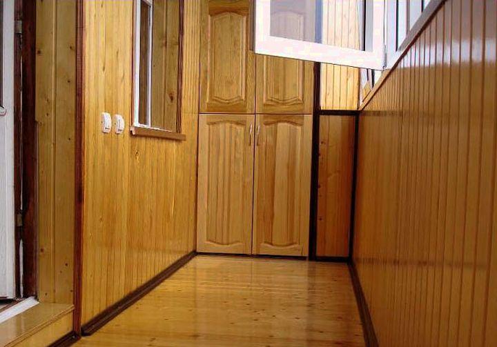 Шкаф на балконе из дерева
