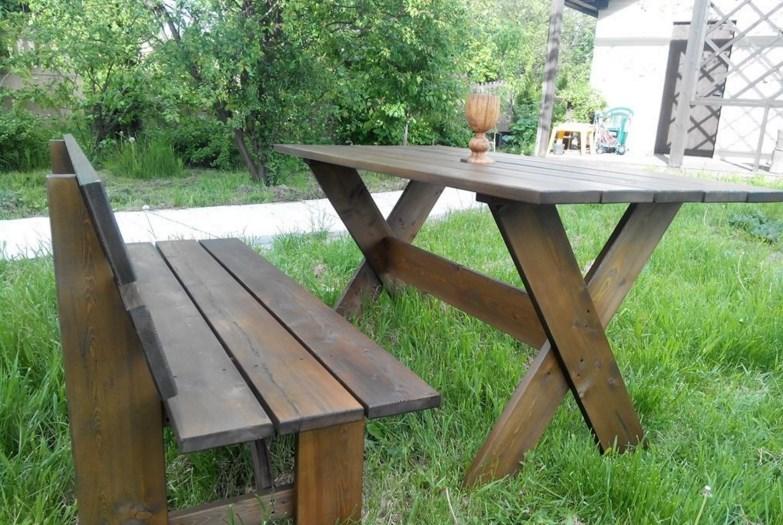 Стол изготовлен из лиственницы