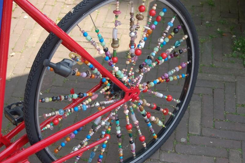 Фото 11: Украшение спиц велосипеда бисером и бусинами