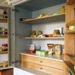 Фото 67: Дверцы-полки на кухне