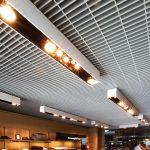 Фото 38: Потолок грильято с дизайнерскими светильниками