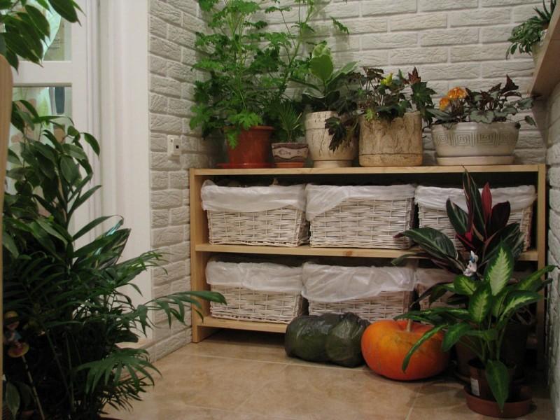 Фото 17: Хранение овощей в корзинах на балконе