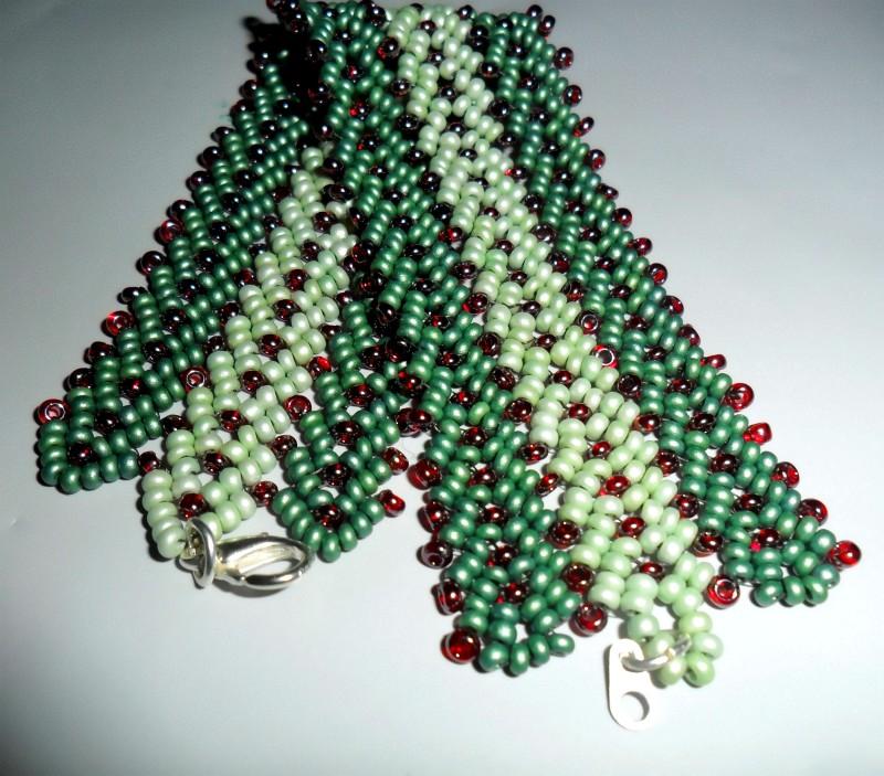 Красно-зеленый браслет из бисера