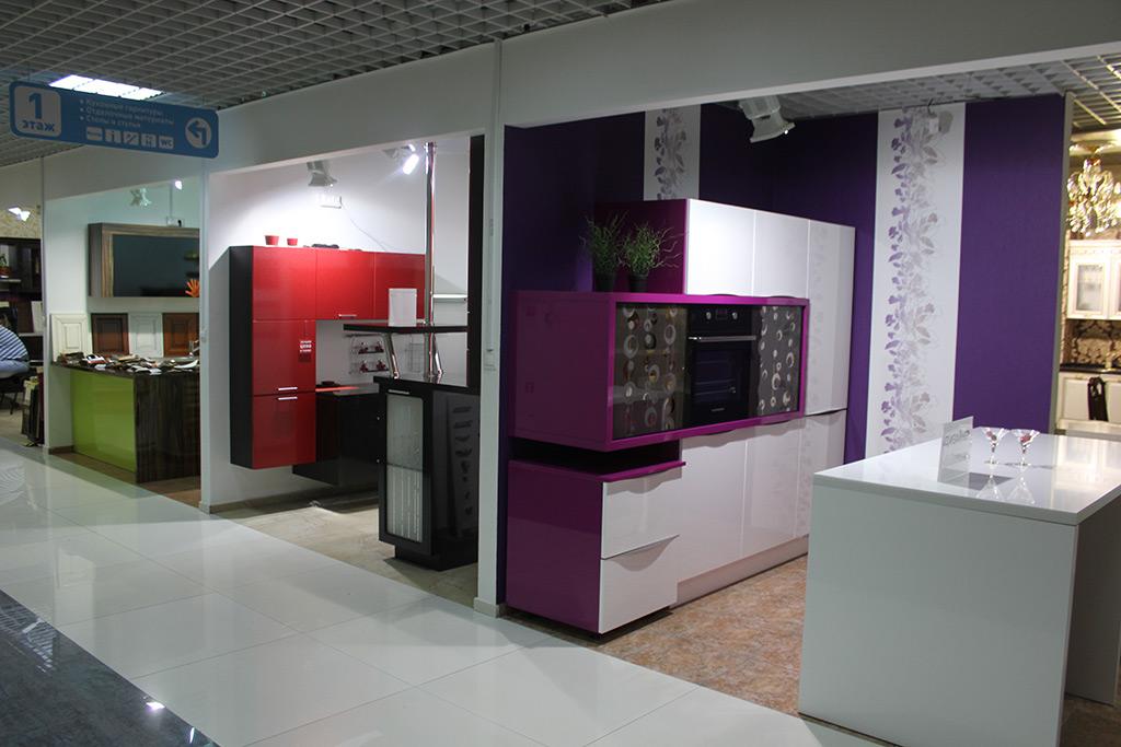 Кухни в мебельном магазине