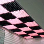 Фото 47: Черно-розовый потолок грильято