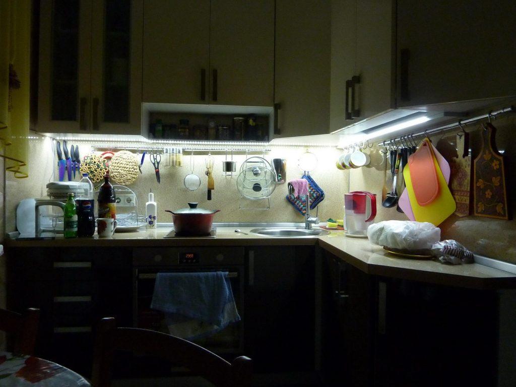 Подсветка на кухне фартука