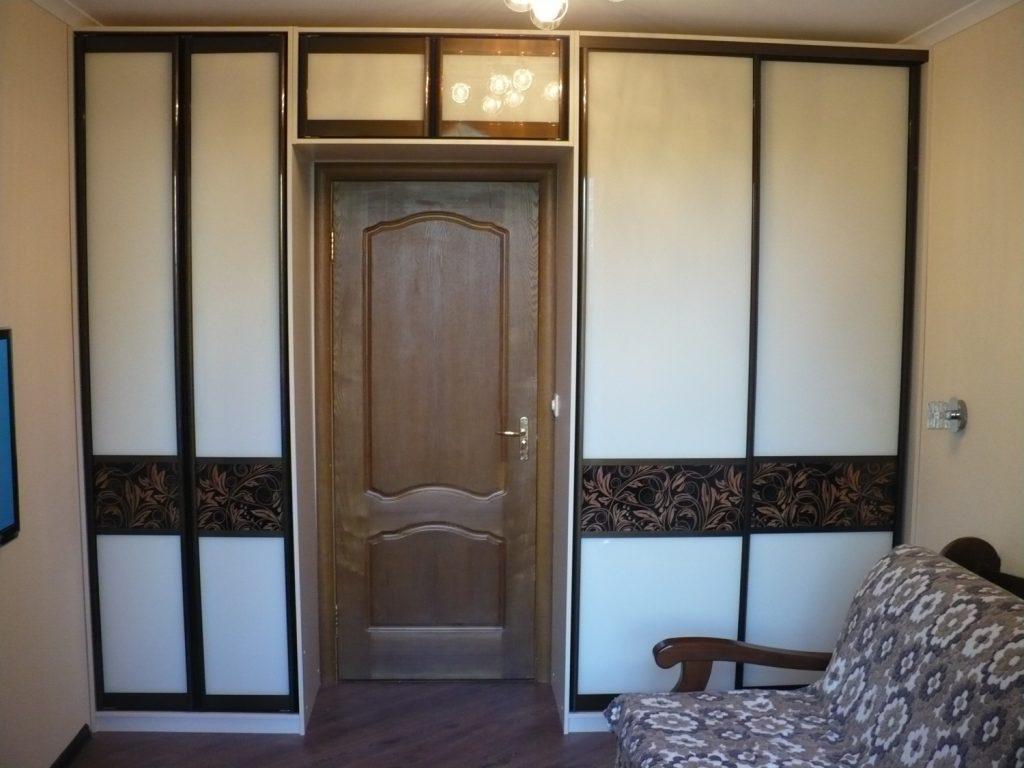 Шкаф-купе вокруг двери