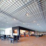 Фото 54: Светлый потолок грильято в кафе