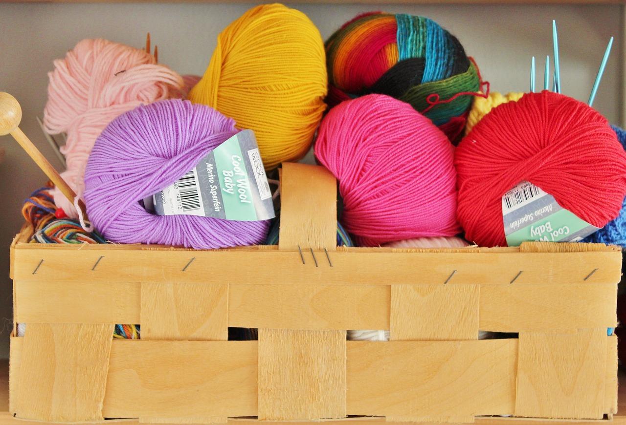 Яркая пряжа для вязания игрушек