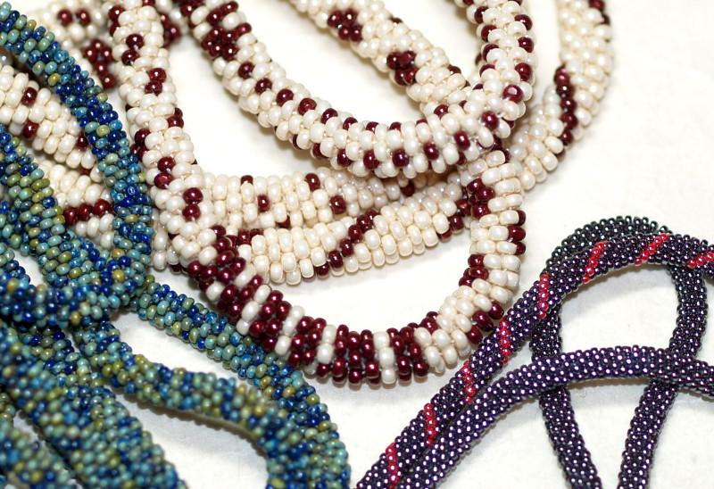 Жгутовые браслеты из бисера