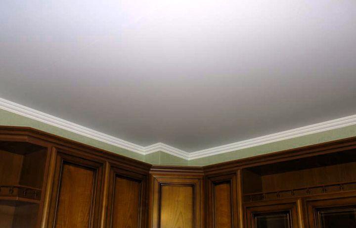 Белый и гладкий побеленный потолок