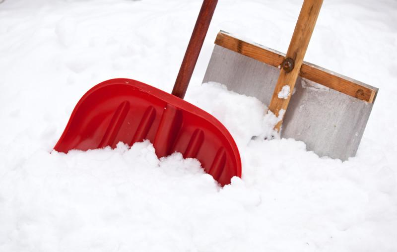 Фото 26: Пластиковая и алюминиевая лопаты для уборки снега