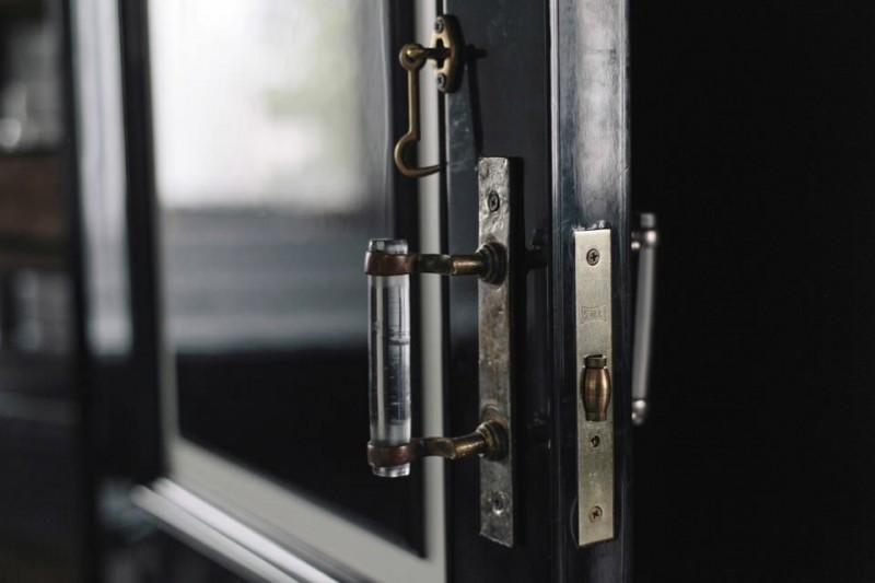 Подчеркивание дизайна двери и интерьера дверной ручкой