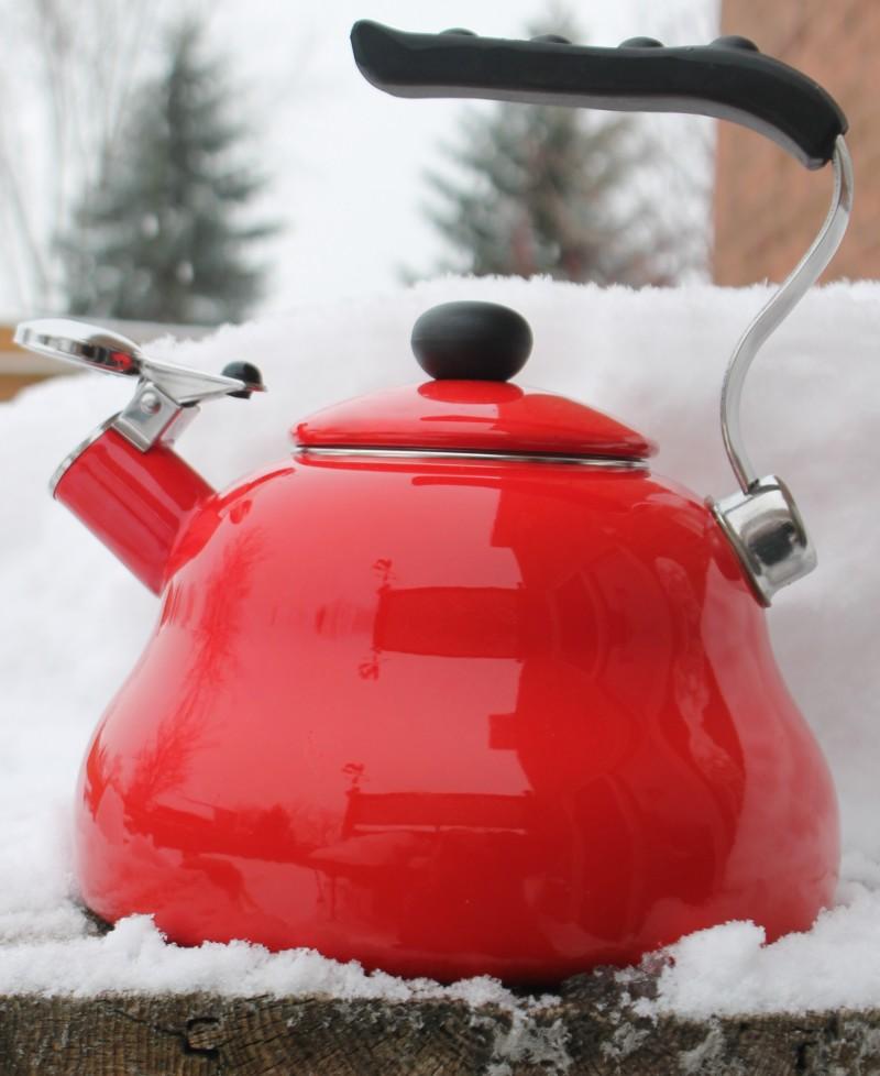 Фото 31: Красный чайник со свистком