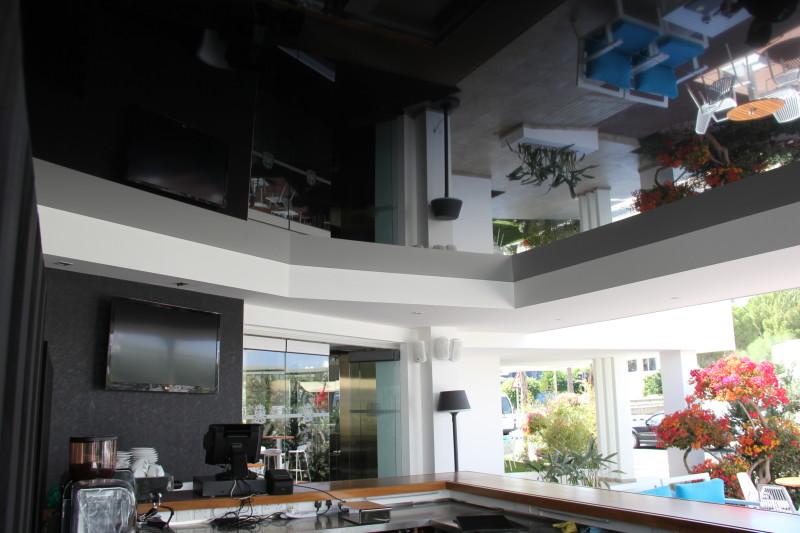 Фото 23: Черный глянцевый натяжной потолок