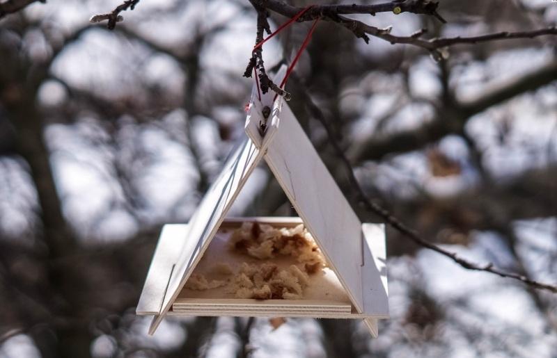 Треугольная кормушка для птиц из фанеры